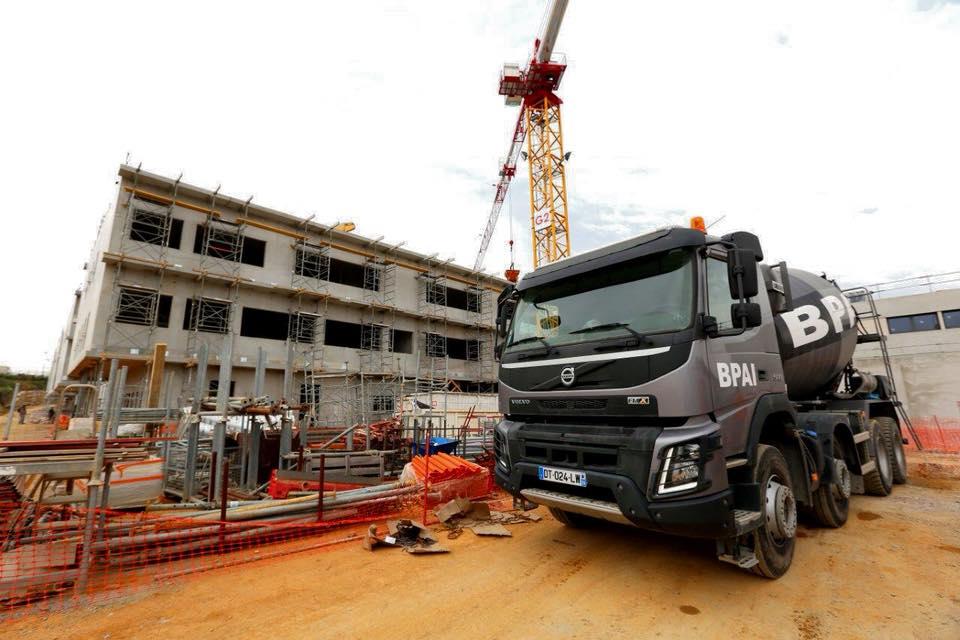 Chantier du collège camion toupie camion malaxeur ou bétonnière portée BPAI partenaire Lafarge spécialiste du béton prêt à l'emploi, accompagne professionnels et particuliers dans leurs projets de constructions, d'aménagements et de rénovations.