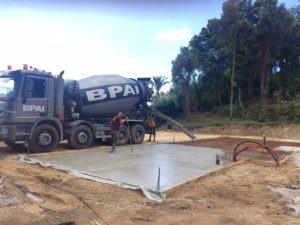 Chantier extérieur camion toupie camion malaxeur ou bétonnière portée BPAI partenaire Lafarge spécialiste du béton prêt à l'emploi, accompagne professionnels et particuliers dans leurs projets de constructions, d'aménagements et de rénovations.