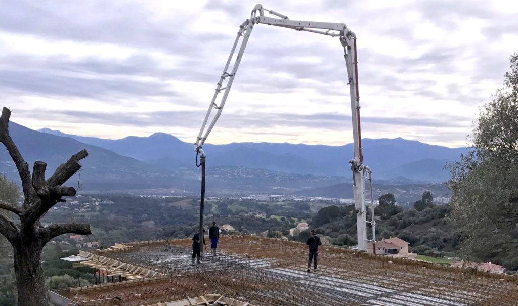 Pompage Réalisation BPAI partenaire Lafarge chantier béton Ajaccio Corse camion pompe
