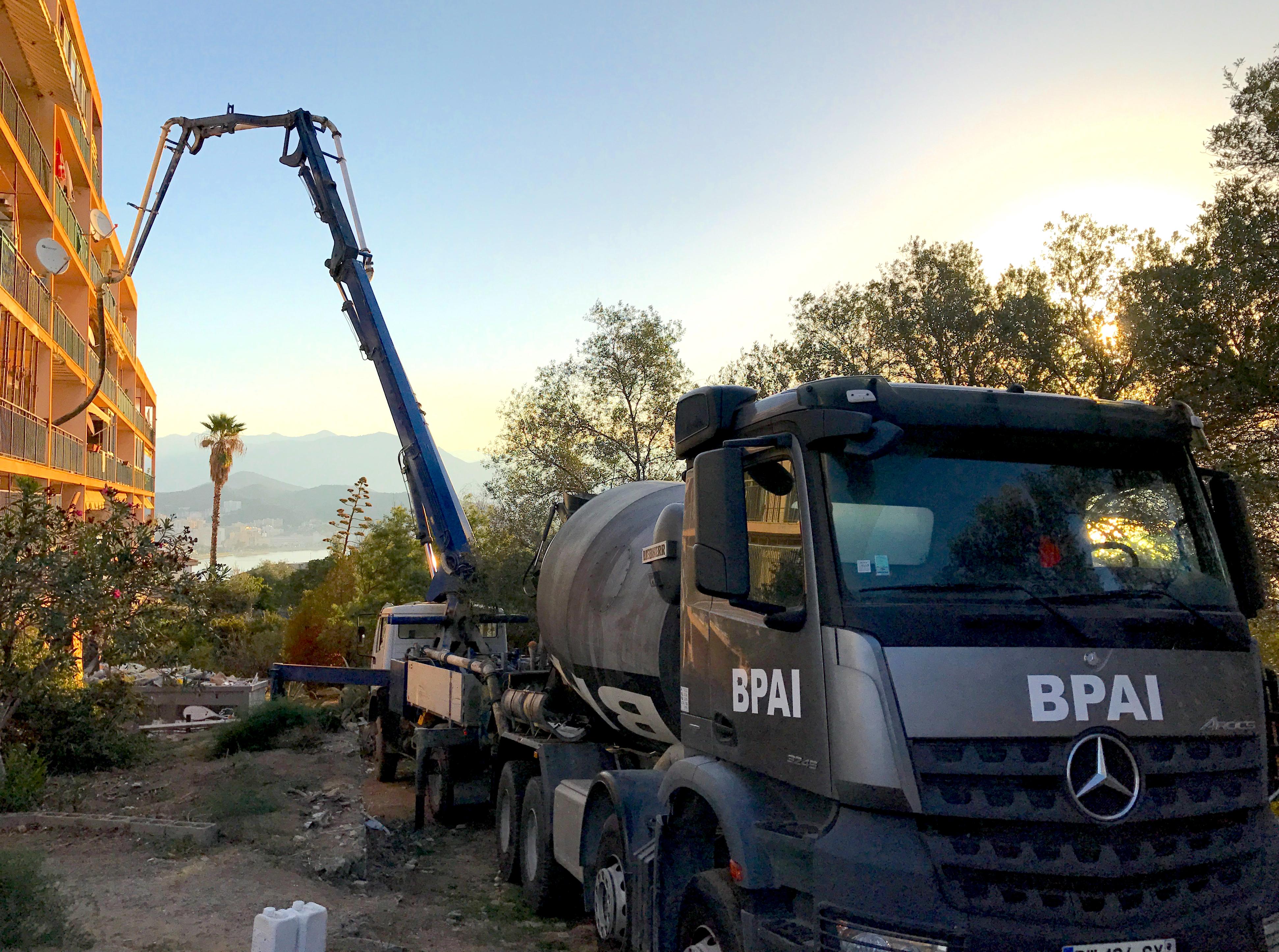 La pompe à béton est directement intégrée au camion pour couler du béton dans les endroits difficile d'accès BPAI spécialiste du béton prêt à l'emploi a Ajaccio