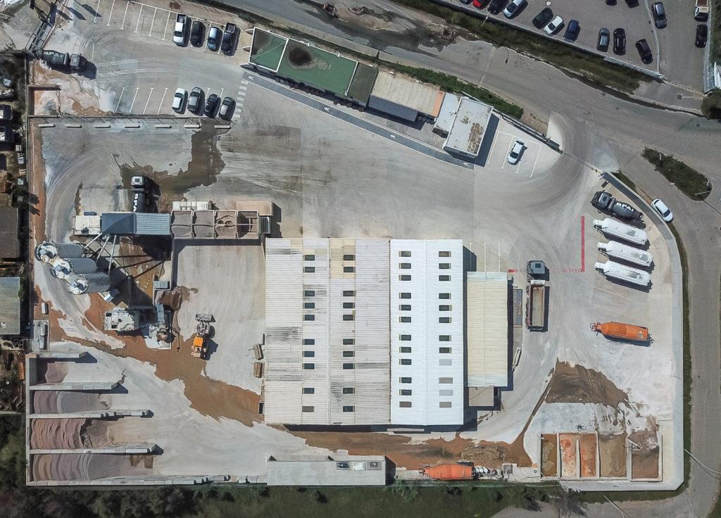 BPAI centrale à béton prêt à l'emploi est composée de silos contenant ciment, sables et gravillons, de cuves de stockage adjuvants malaxeur pour le mélange des composants du béton.